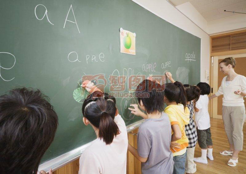 黑板前的学生