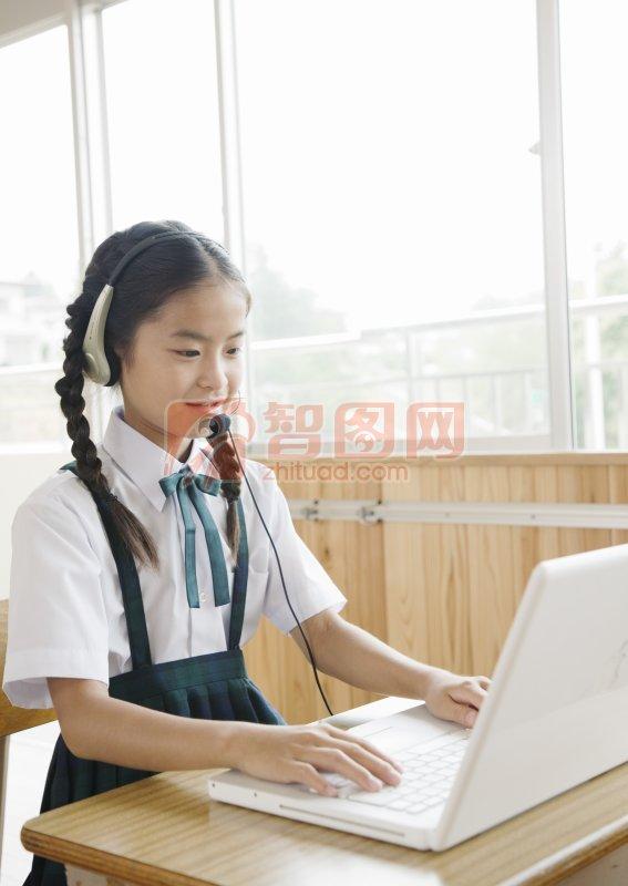 学电脑的女孩