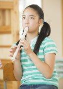 吹笛子的女生