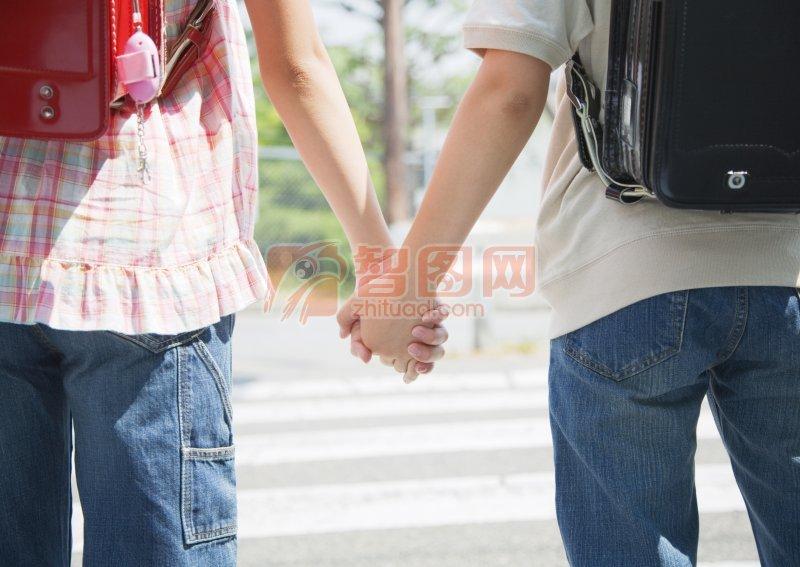 人物图库 儿童幼儿  关键词: 手牵手 手牵手的三个人 手牵手海报 背影图片