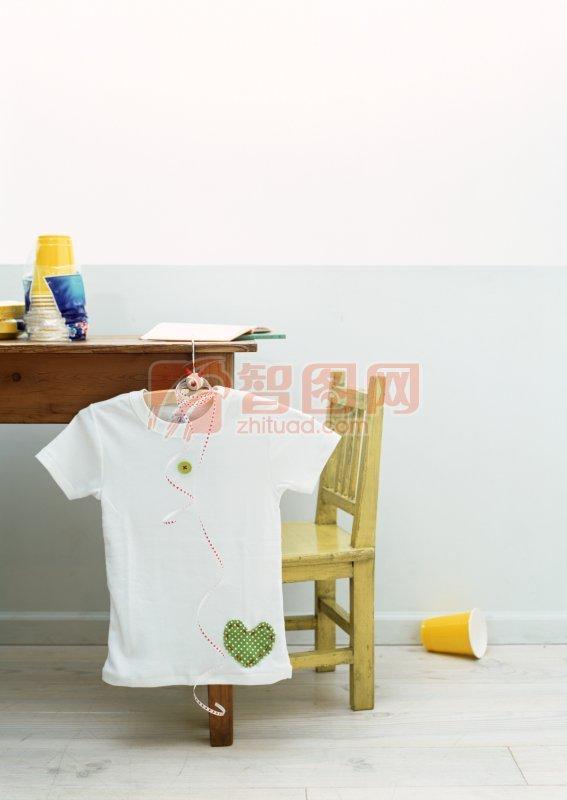 白色T恤照片