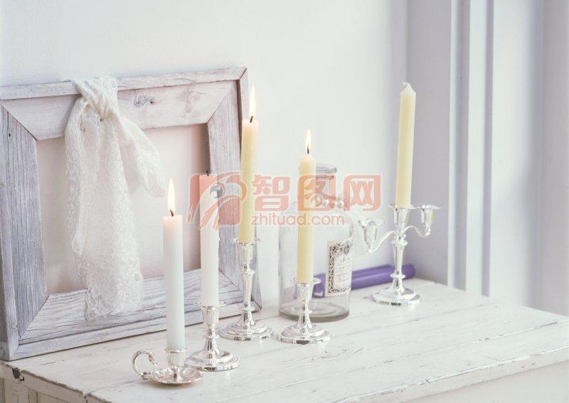 点燃的蜡烛照片