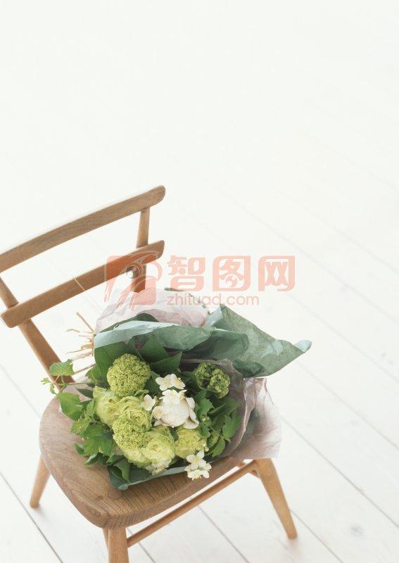 椅子上的花束