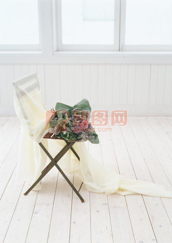 凳子上的花束
