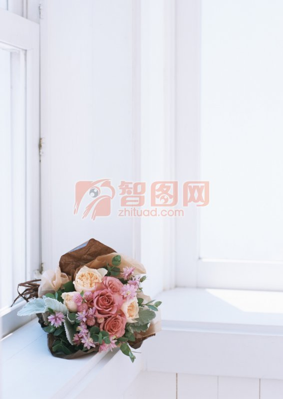 窗台上的花束照片