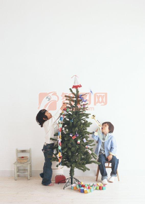 装饰圣诞树的儿童