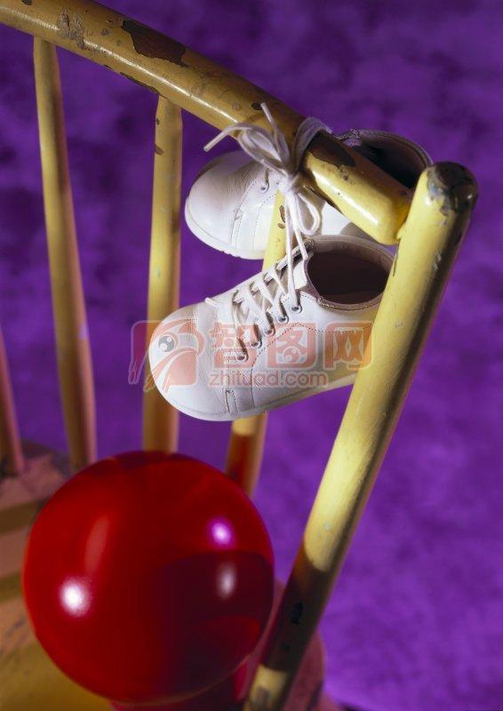 白色系帶鞋 紫色背景 紅色球