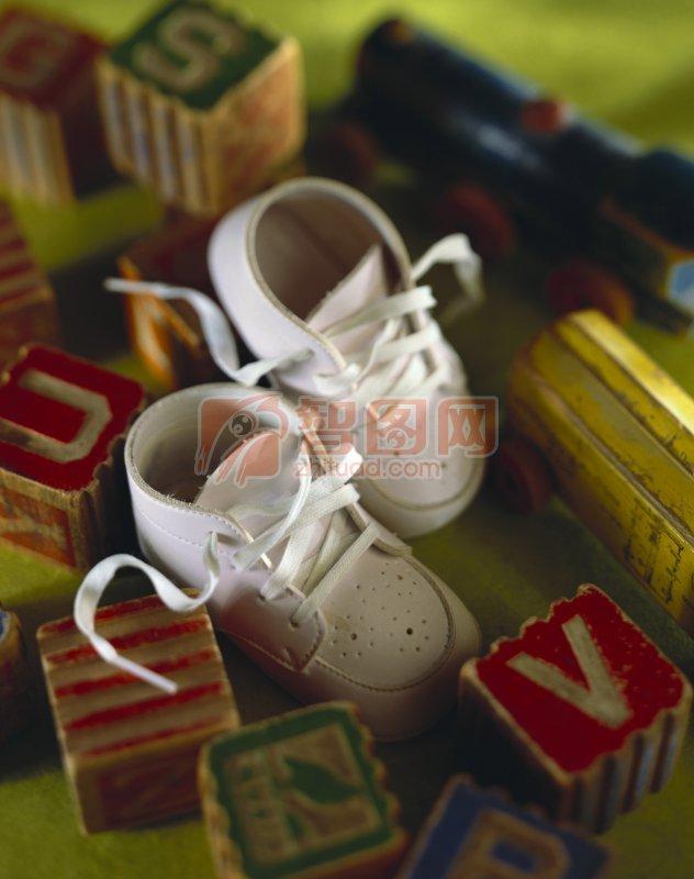 白色儿童鞋 字母积木