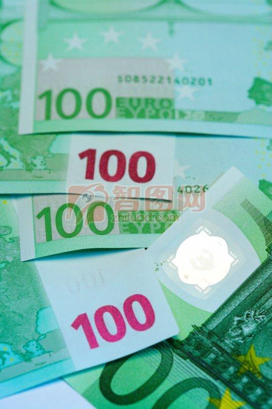 一堆一百欧元纸币