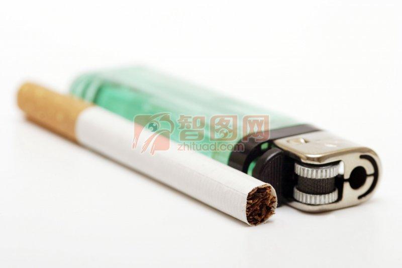 平放的打火机香烟