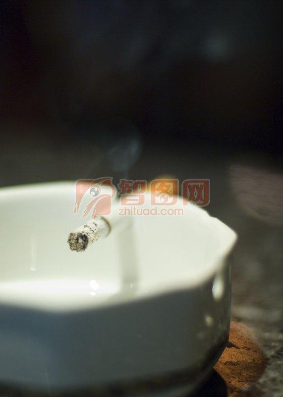 白色烟灰缸