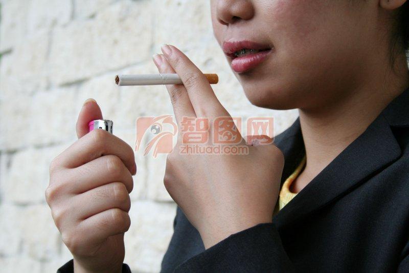 抽烟的女子