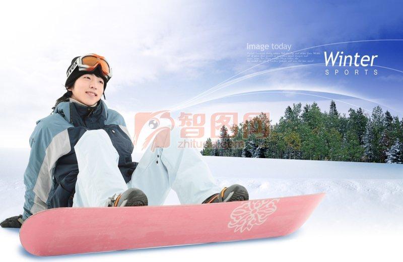 坐在雪地上的美女