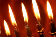 红色背景燃烧的蜡烛