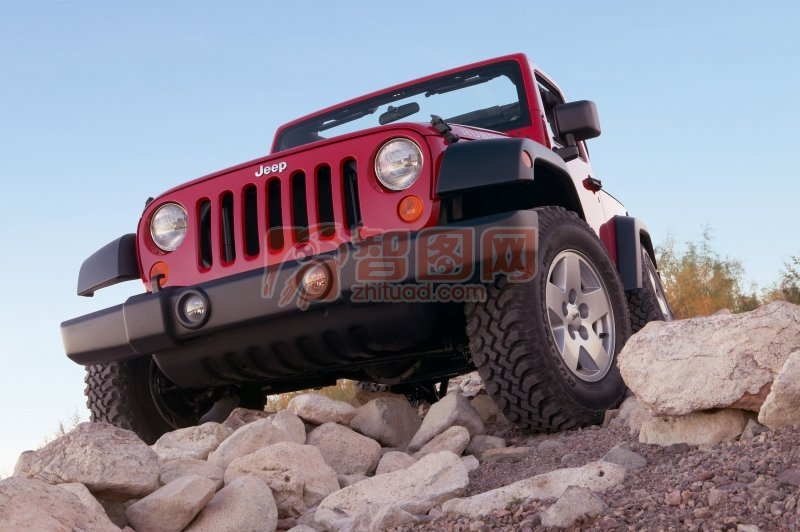 行驶的汽车 高清照片特写 红色汽车 蓝天背景 说明:-路上的汽车越野车