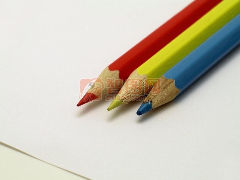 三支彩色铅笔