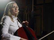 美丽大提琴演奏女子