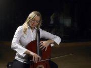 拉大提琴的女子