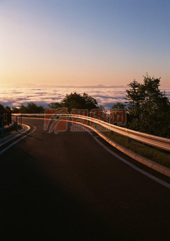 夕陽下的高速公路照片