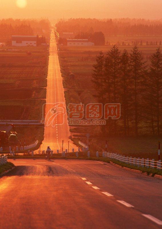 夕陽下的高速公路