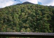 山旁的高速公路