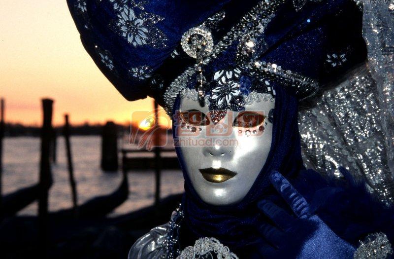 关键词: 高清面具 深蓝色服饰 白色面具 面具元素 面具素材 面具摄影