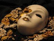 乳白色面具