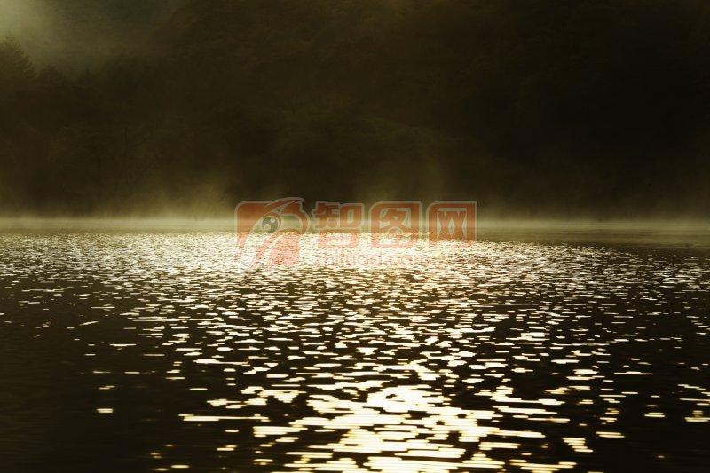月光下的湖面