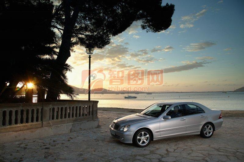 銀色車身轎車元素