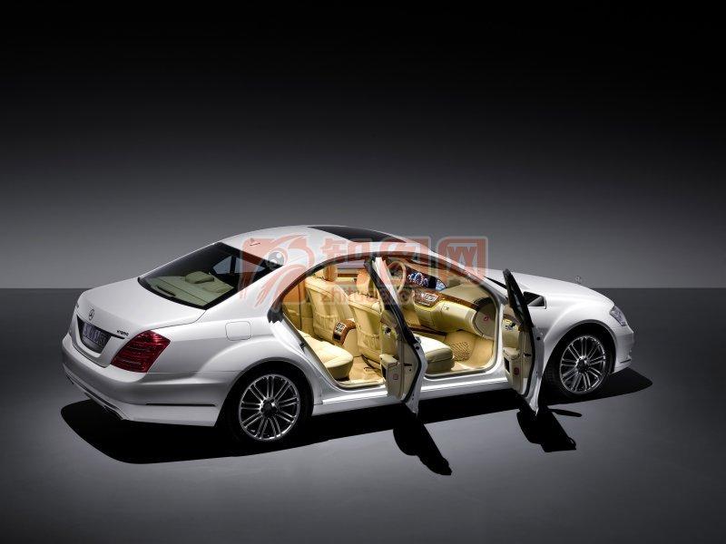 关键词: 白色车身 黑色背景 轿车元素 轿车摄影素材 说明:-白色轿车
