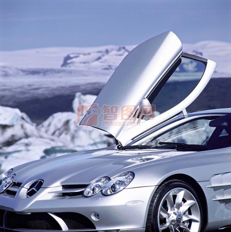 白色車身奔馳轎車