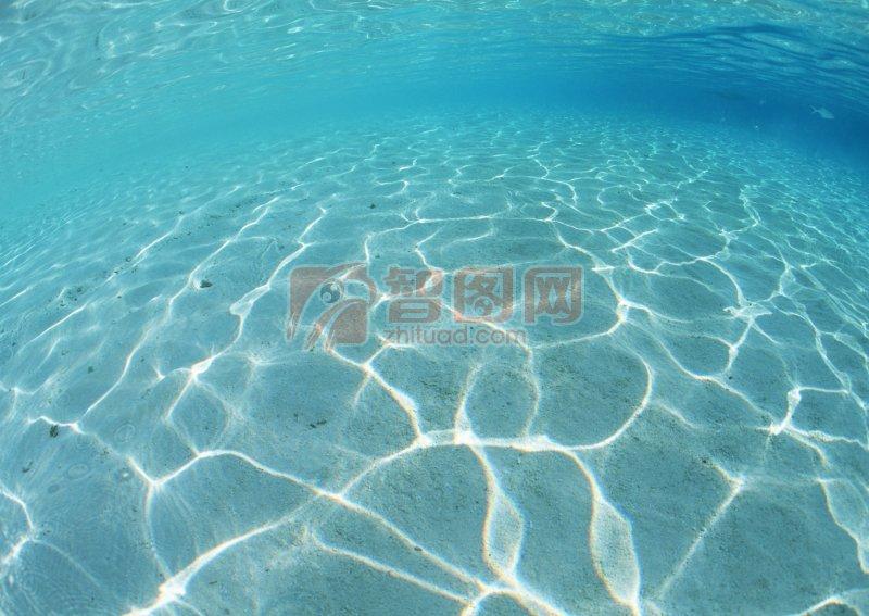 波光粼粼的水