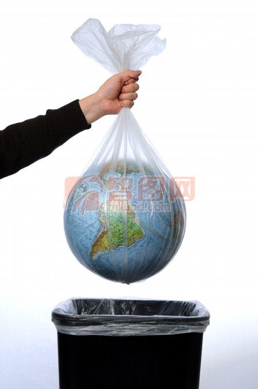 仍垃圾桶的地球