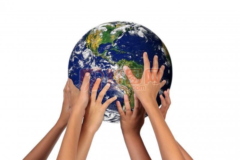 手托地球模型