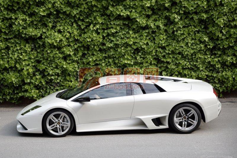 白色Murcielago轿车