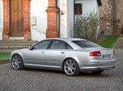 銀色高檔轎車