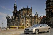歐式建筑背景轎車