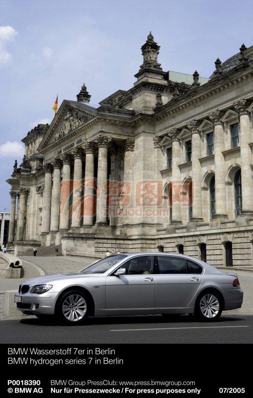 銀灰色轎車