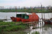 三江渔业队停泊的红色轮船